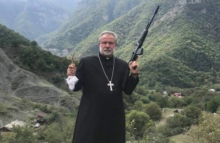 حساب أرمينيا الرسمي يثير جدلا بصورة لراهب يحمل سلاحا
