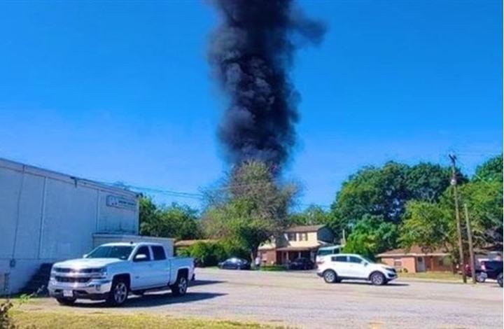سقوط طائرة عسكرية أمريكية فوق منزلين بتكساس (شاهد)
