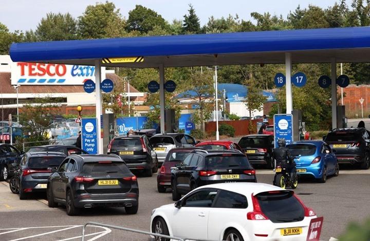 """""""أزمة على الوقود"""" في بريطانيا.. والحكومة توضح السبب (شاهد)"""