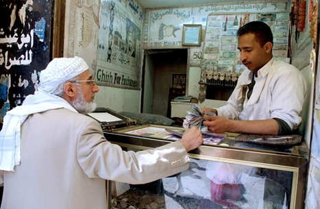 الريال اليمني يهوي مجددا والدولار بـ 1200
