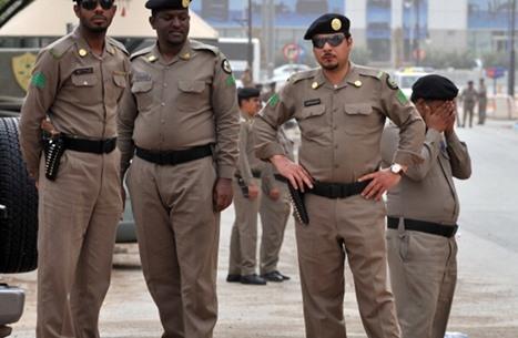 سعوديان يلقيان وافدا من جسر.. والشرطة تعتقلهما (شاهد)