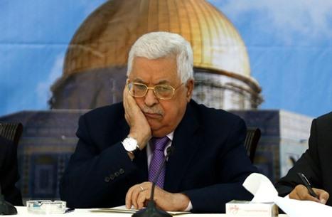 عباس يكتفي بإلغاء احتفالات العيد وتنكيس الأعلام