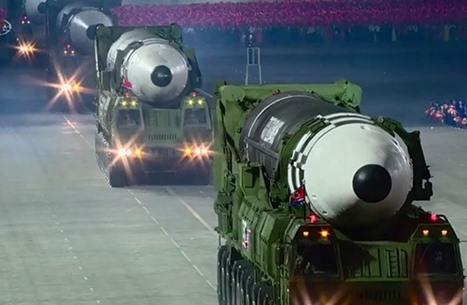 كوريا الشمالية تطلق صاروخا باليستيا خلال عرض عسكري