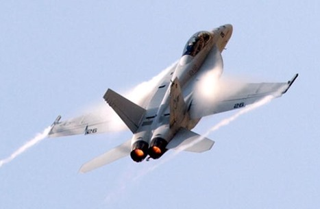 تحطم مقاتلة أمريكية بكاليفورنيا.. هذا ما فعله الطيار (شاهد)