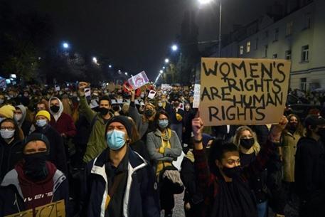 """اقتحام وتخريب كنائس في بولندا احتجاجا على قانون """"الإجهاض"""""""
