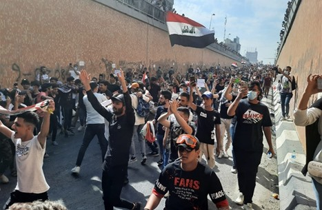 آلاف المتظاهرين بالعراق يتدفقون للشوارع بذكرى الحراك (شاهد)