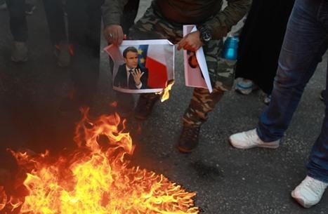 فلسطينيون بالضفة يحرقون صور ماكرون تنديدا بالإساءة للنبي