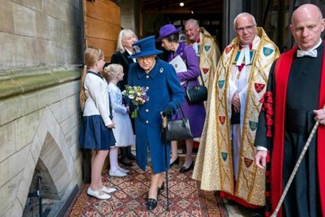 إطلالة نادرة للملكة إليزابيث الثانية مستعينة بعصا