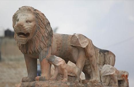 """شاب يحطم تماثيل بحجة """"عبادة الأصنام"""" في رام الله (شاهد)"""