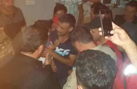إنقاذ طفل عراقي سقط في بئر بطريقة مثيرة (فيديو)