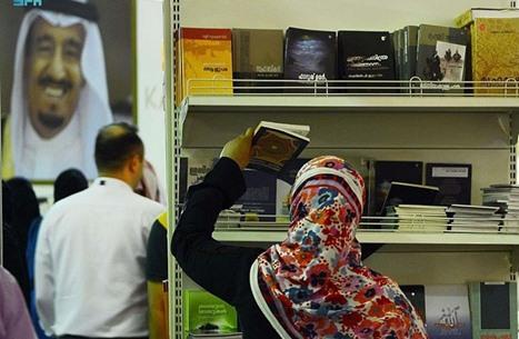 """عناوين """"جريئة"""" تُسقط المحظورات في معرض الرياض للكتاب"""