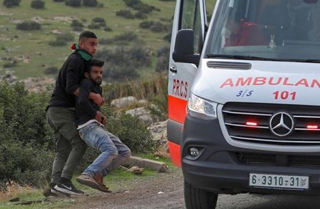 """الاحتلال يعتدي على مصاب فلسطيني داخل """"إسعاف"""" (شاهد)"""