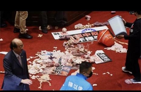 تبادل لكمات وإلقاء أحشاء خنازير في برلمان تايوان (شاهد)