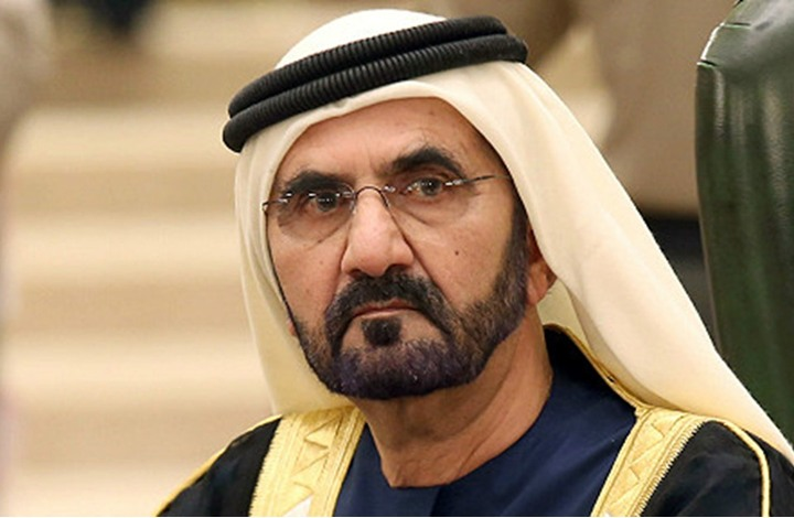 لحظة سقوط حاكم دبي من سلم الطائرة للأرض بالأردن (شاهد)