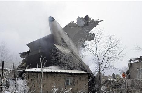 مقتل 32 شخصا بسقوط طائرة شحن تركية على قرية بقرغيزيا (شاهد)