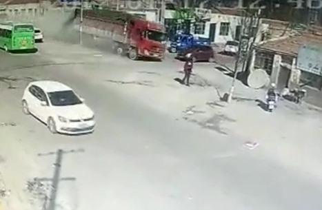 """شاحنة """"مجنونة"""" تقتلع منزلا في الصين (فيديو)"""