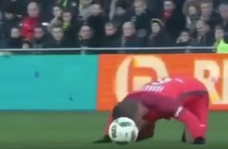 فيراتي يعيد الكرة للحارس بطريقة غريبة والحكم ينذره (فيديو)