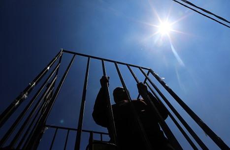 250 أسيرا فلسطينيا يبدأون إضرابا عن الطعام