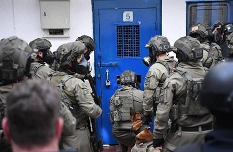 الأسرى الفلسطينيون بسجون الاحتلال يبدأون إضرابا عن الطعام