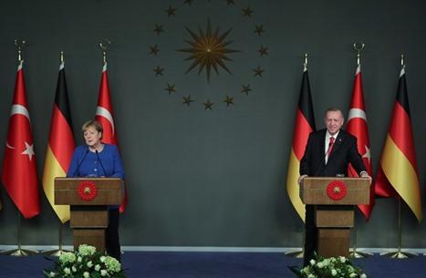 برلين تدعو أنقرة وأثينا لمباحثات مباشرة وتعرض الوساطة