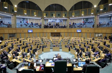 نائب أردني يطفئ سجائره بمقعده في البرلمان (صور)