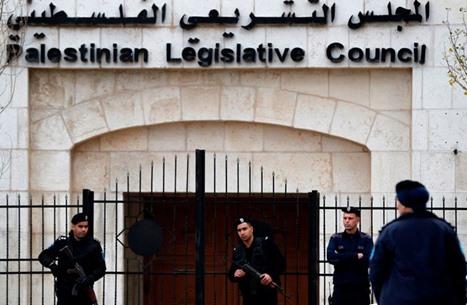 """خبير يحذر من عقد انتخابات """"التشريعي"""" بمخالفة القانون الأساسي"""
