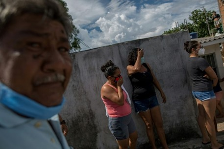 """برازيليون يتهافتون على """"الأكسجين"""" وسط انتشار كورونا"""