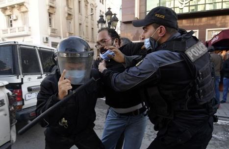 مواجهات متواصلة في تونس والجيش ينتشر بالقصرين (شاهد)