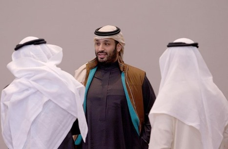 """هل ارتدى ابن سلمان """"الشال القطري"""" بآخر ظهور له؟ (صور)"""