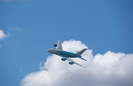 جسم غريب يحلق فوق طائرة ركاب أمريكية