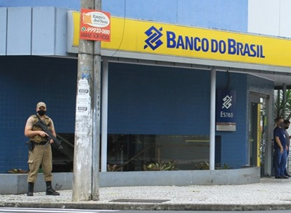 أسلحة ثقيلة ومتفجرات.. عصابة تنفذ سطوا مسلحا على بنك برازيلي