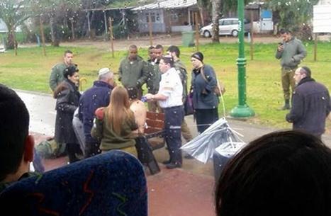 """طعن جندي إسرائيلي في """"نتانيا"""" وإطلاق النار على المنفذ (صور)"""