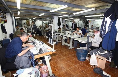 كفيف سوري يعمل في ورشة للخياطة بتركيا (صورة)