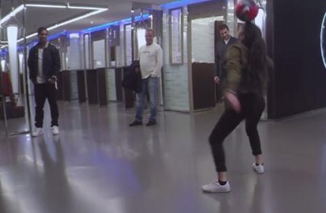 شابة تبهر رونالدينيو بمهاراتها الكروية الساحرة (فيديو)