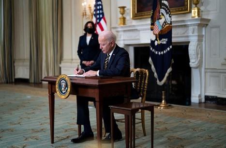 قانون أصدره ترامب يضع بايدن بموقف حرج أمام شركات أمريكية