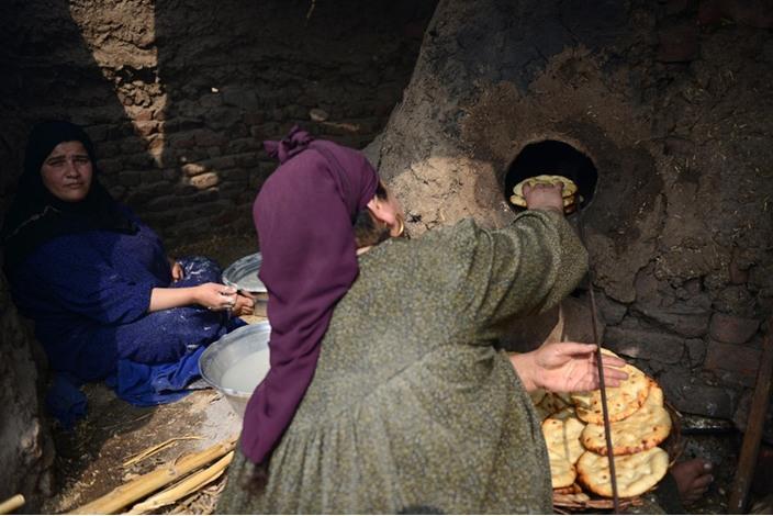 الخالة ثابتة وفرنها الطيني معجزة اقتصادية بسيطة - فرن  اقتصاد (2)
