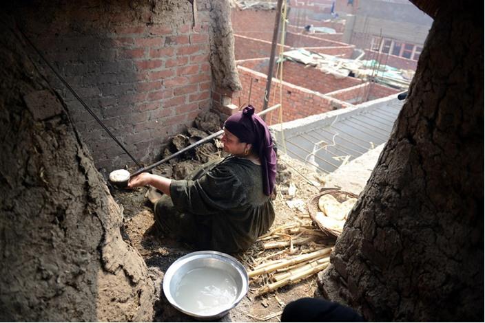 الخالة ثابتة وفرنها الطيني معجزة اقتصادية بسيطة - فرن  اقتصاد (3)