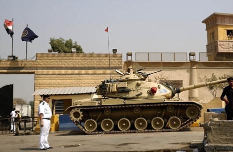 الغارديان: مصر تحرم السجناء السياسيين من الرعاية وتنتقم منهم