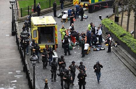 استغلال لصور محجبة بموقع هجوم لندن..ردت ورد المصور (صور)
