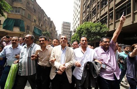الحبس سنة لنقيب الصحافيين وعضوي مجلس النقابة بمصر