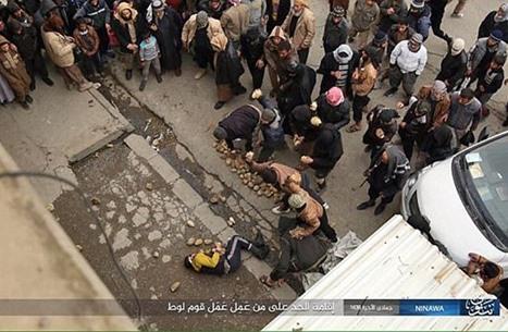 هكذا أعدم تنظيم الدولة شابا بتهمة المثلية الجنسية (صور)