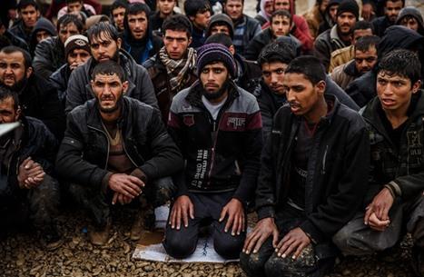 """""""أنجلوس تايمز"""" تصف مشاهد من أمام مخيمات النازحين بالموصل"""