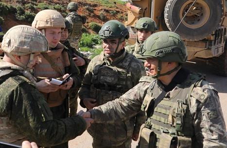 """تسيير دورية تركية وروسية على طريق """"أم4"""" بإدلب (شاهد)"""