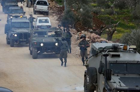 الاحتلال يعتقل عددا من الفلسطينيين ويعتدي على مسن (صورة)