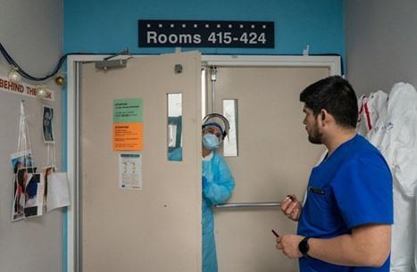 صورة مؤلمة لمريضة بكورونا بقفازين على يدها (شاهد)
