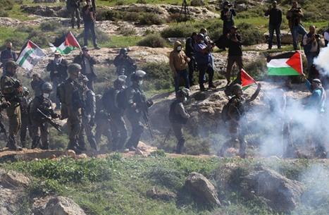 الاحتلال يصيب صيادين بغزة ويقمع مسيرات بالضفة