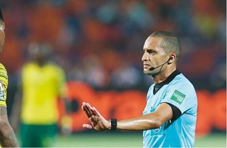 الحكم المغربي يعتذر للاعبي الأهلي على احتسابه ركلة جزاء