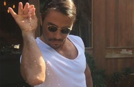 """""""شيف الملح"""" يعود بفيديوهات مثيرة وأطباق جديدة (فيديو)"""