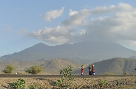 عقوبة غريبة من نساء قرية لشاب أهان والدته في تنزانيا