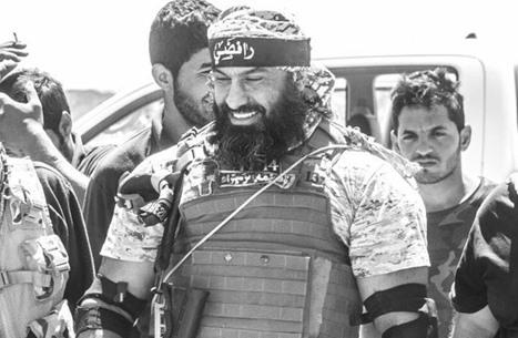 أبو عزرائيل بين قبور رفاقه يدعو لضرب الموصل بالكيماوي(شاهد)